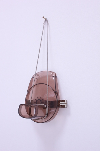 Mascara para pared, Plastic found object, metal chain, 120 x 23 x 13 cm